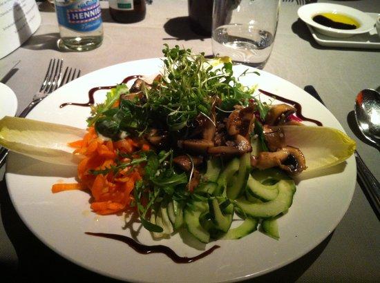 Victoria Restaurant: Geröstete Pilze auf Salat Sinfonie