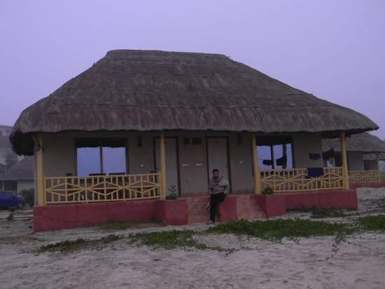Eco Villa Resort: Our cottage with direct sea facing rooms and the common balcony to sit & enjoy the nature.