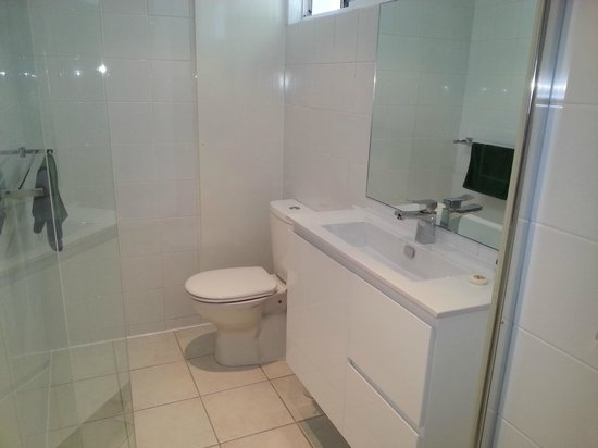 Bali Hai Apartments Noosa: Second Bathroom
