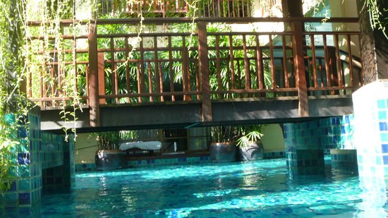Burasari Resort: bridge over pool