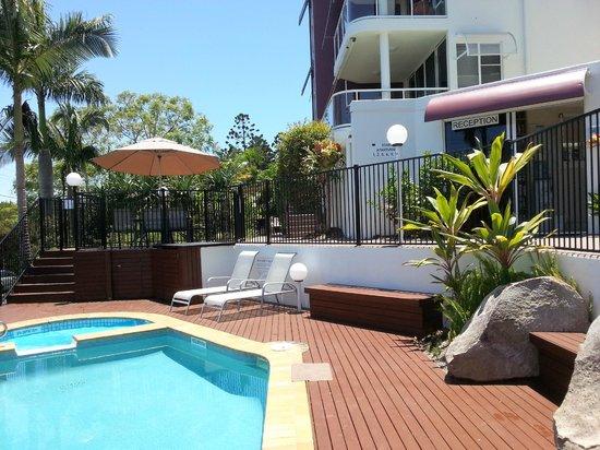 Bali Hai Apartments Noosa: Reception and Pool