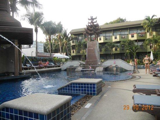 Phuket Island View: вид на номера и бассейн