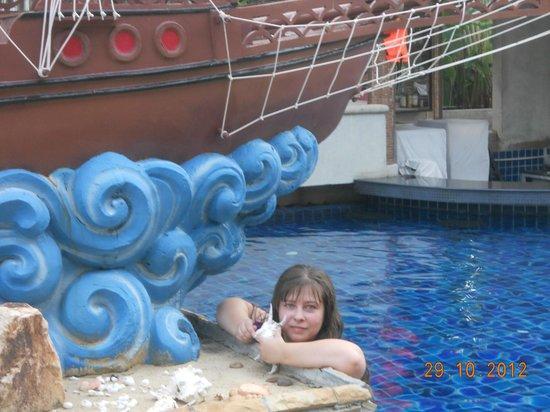 Phuket Island View: возле самого большого басейна