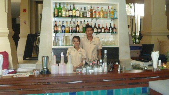 Burasari Resort: Friendly staff at the swim up bar