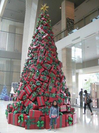 Hilton Bandung: Giant Christmas Tree on Lobby