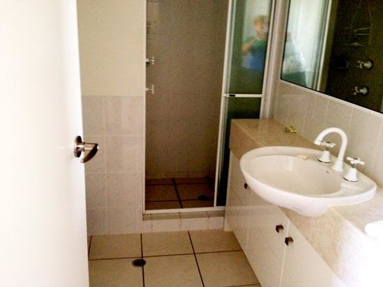 ‪أوسبراي أبارتمينتس: Apt 56, 2nd lvl bathroom.