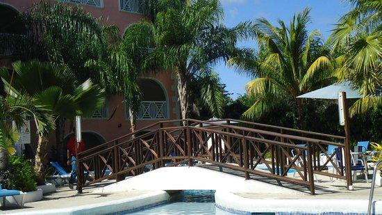 Sunbay Hotel: Petit pont de bois enjambant la piscine