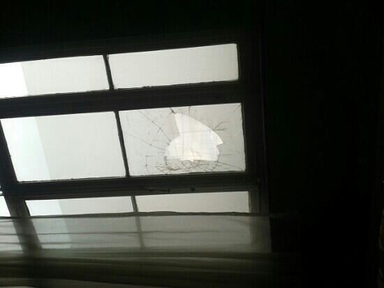 Brussels Louise Hostel: ventana rota