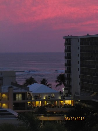 Embassy Suites by Hilton Waikiki Beach Walk : gorgeous sunset shot