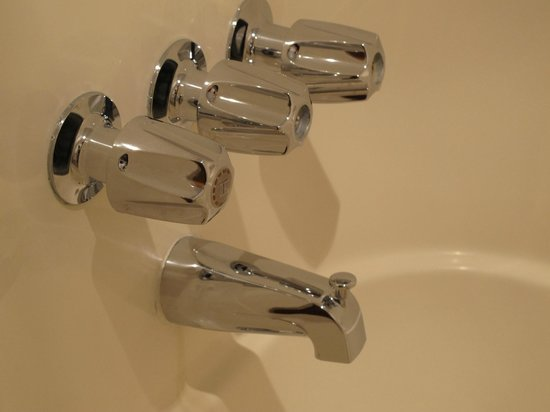 Ouray Chalet Inn: shining taps.the cleanest I've ever seen