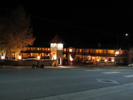 Ouray Chalet Inn: the inn by night
