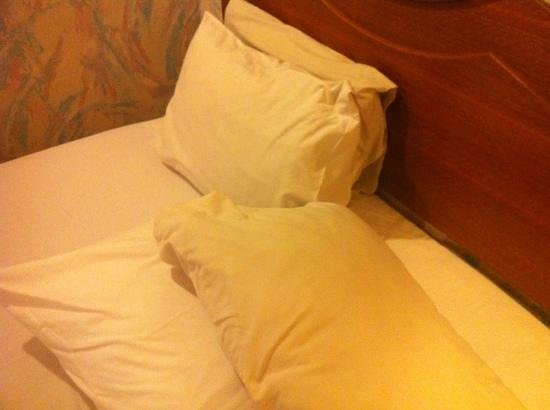 Goodway Hotel Batam: see d difference of the pillow cover.