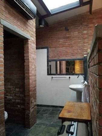 Brickyard Retreat at Mutianyu Great Wall: Open bathroom and toilet