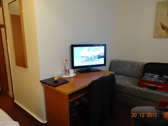 Hotel Residence am Hauptbahnhof: Little nice tv with sofa and chairs