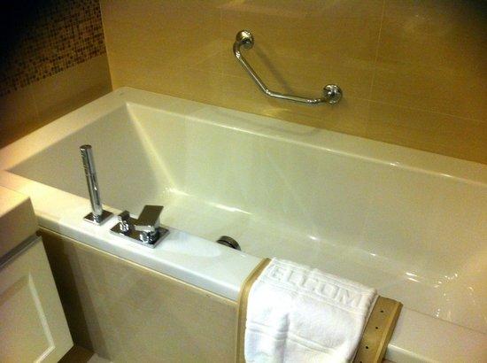 Grande Centre Point Hotel Terminal 21: Separate bath