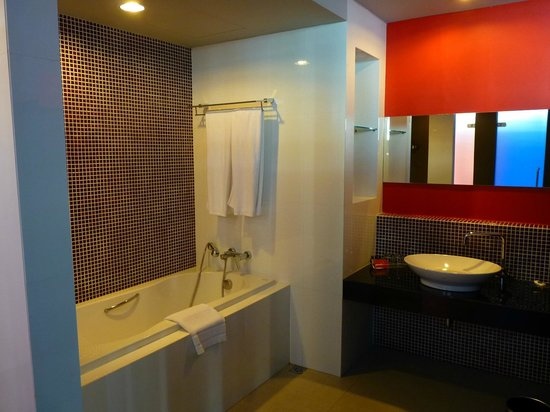 Tsix5 Hotel: two options for shower, first tub.