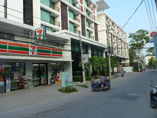 Tsix5 Hotel: 7 eleven store right next to the hotel
