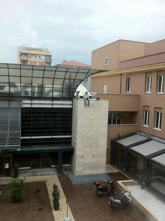 Eurostars Roma Aeterna: foto scattata dalla finestra della stanza 203.. cerca l'intruso :-\