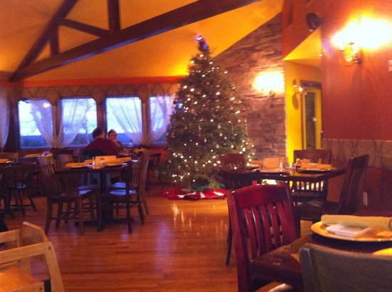 Trattoria 903: Interior with Christmas tree
