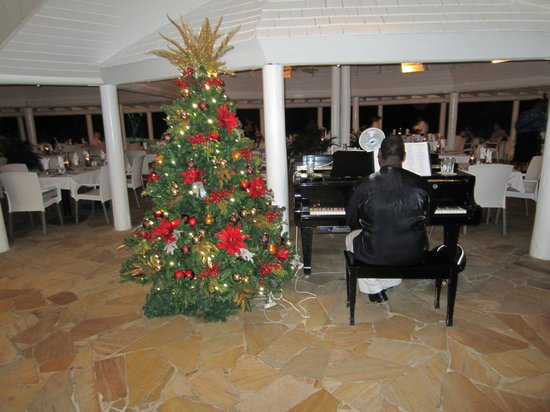 The Club, Barbados Resort & Spa All Inclusive: Christmas music while we dined