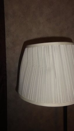 Days Inn Chester Philadelphia Airport: Smashed Lamp Shade