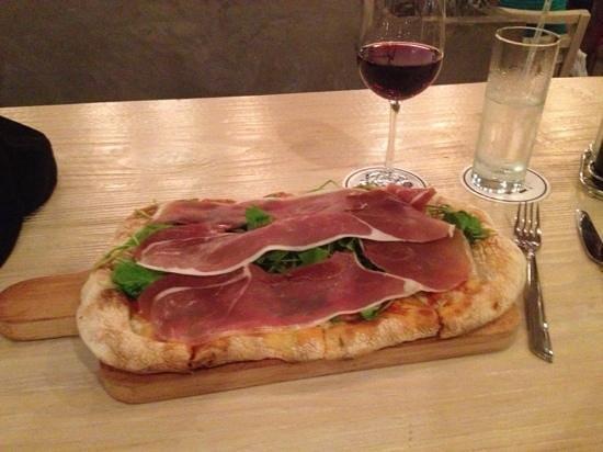 Pan di Bacco: prosciutto and arugula pizza