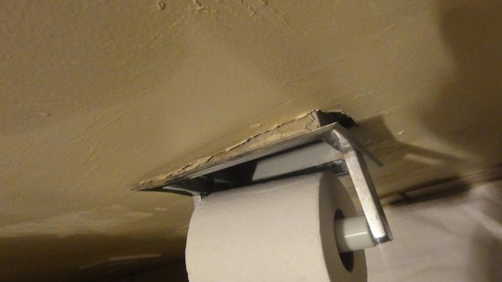 Days Inn Chester Philadelphia Airport: Toilet Paper Holder Falling Off Wall