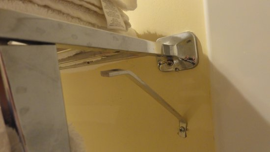 Days Inn Chester Philadelphia Airport: Broken Towel Rack