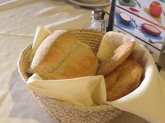 Hotel Real de Naturales Cholollan: beautiful basquet with artesanal bread, absolutly delightful