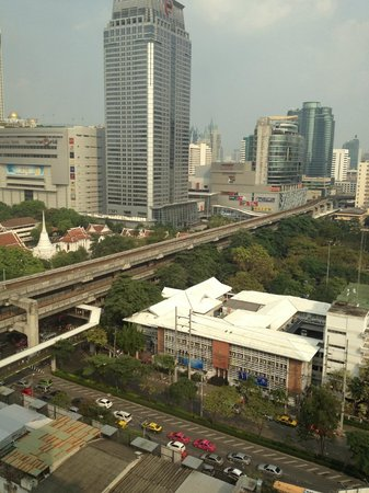 Novotel Bangkok on Siam Square: It is so near to the BTS station, you can see the tracks!