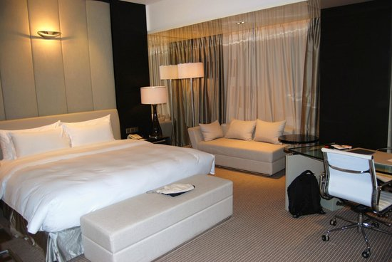 Hotel Nikko Shanghai: Spacious room with a sitting area and writing desk
