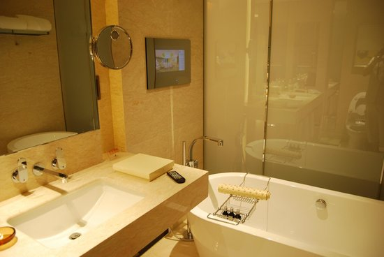 Hotel Nikko Shanghai: Luxury bath with a TV on the wall