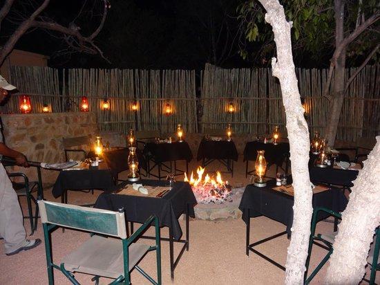 Toro Yaka Bush Lodge : Boma bei Nacht