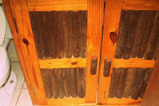 Hotel Maya Inn: Beautiful wooden cupboard