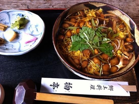 Higashiokitama-gun, Japan: きのこたっぷり蕎麦