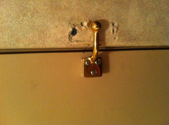 Quality Inn Whitecourt: Door hook