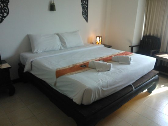 WangBurapa Grand Hotel: Very Firm Bed