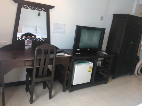 WangBurapa Grand Hotel: Desk & TV