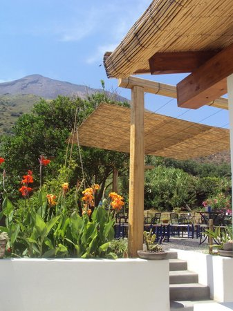 Pardes Wine Bar : The view of the volcano from the small terrace