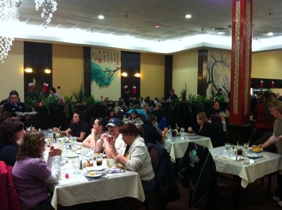 Maple Leaf Queen's Buffet : busy busy all time