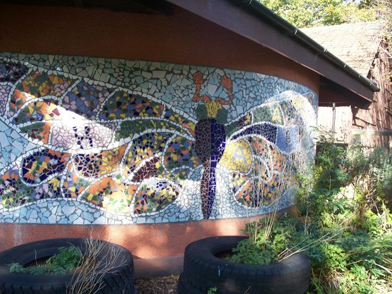Windmill Hill City Farm : Mural on the side of the bathrooms, really pretty!