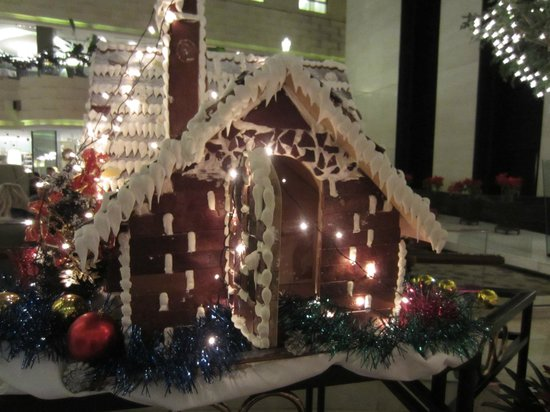 Crowne Plaza Beijing Wangfujing: Lobby Christmas time gingerbread house