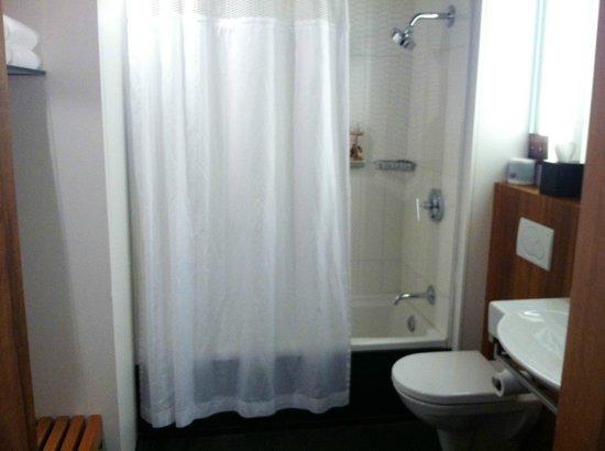 ALT Hotel Quartier DIX30 : Bathroom