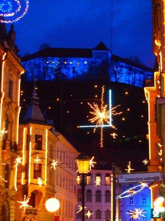 أنتيك هوتل: View of the castle at night--great views from hotel 