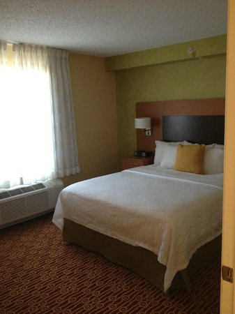 TownePlace Suites Arundel Mills BWI Airport: One of the two bedrooms- queen sized bed
