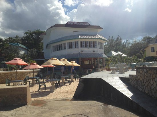 Samsara Cliffs Resort : the bar (downstairs) and main dining room (upstairs)