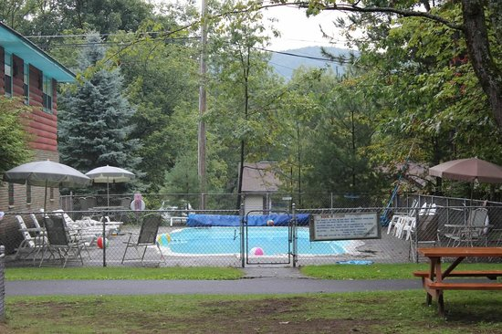 Mountain View Cottages: Heated outdoor pool