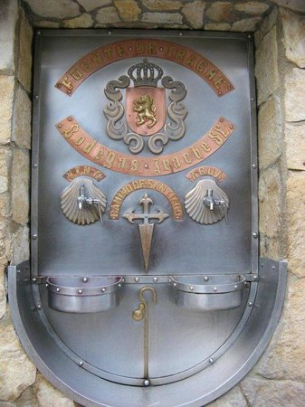 Hostal El Volante: Fuente de Vino de Bodegas Irache / Ayegui