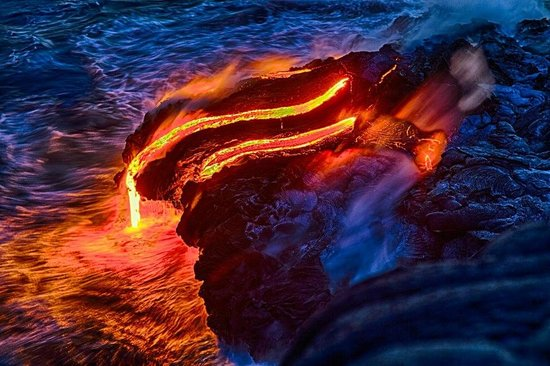 ‪‪VolcanoDiscovery Hawai'i‬: Closeup of lava flowing to sea‬