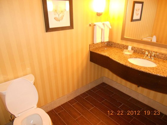 Hilton Garden Inn Pittsburgh/Cranberry: Half bath off foyer